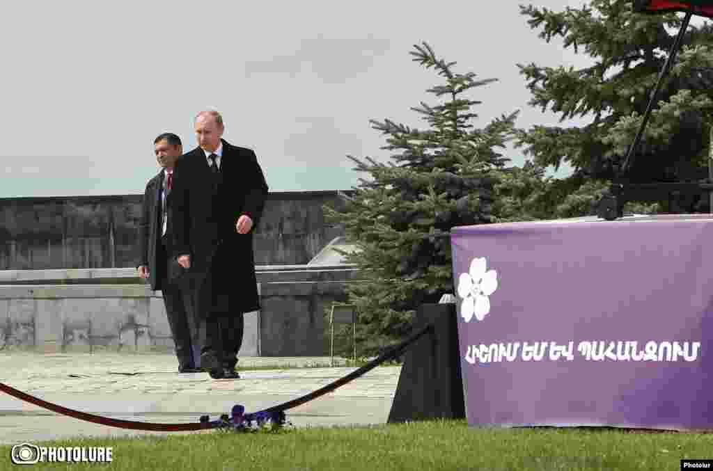 Президент России Владимир Путин на поминальной церемонии в мемориальном комплексе Цицернакаберд, Ереван, 24 апреля, 2015 г.