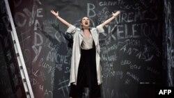 Певица из Азербайджана Dihaj (Диана Гаджиева) исполняет на сцене Евровидения песню Skeletons. Киев, 9 мая 2017 года.