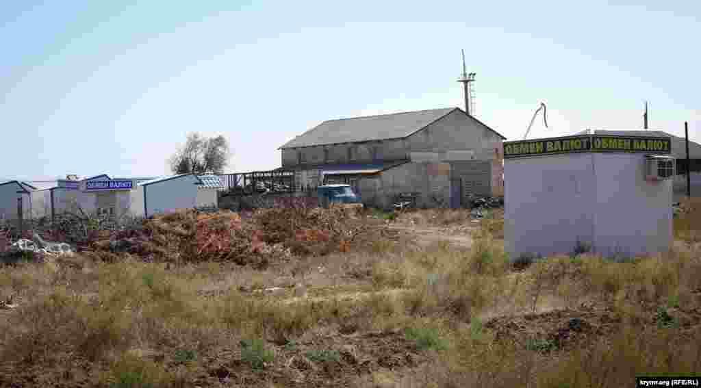 Сегодня же десятки демонтированных МАФов, биотуалетов, урн, обслуживающая техника стоят неприкаянными рядом с кладбищем на территории местного комунхоза.