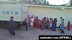 Нан алуға келген адамдар. Ашғабат, Түркіменстан, 2021 жылғы қыркүйек.