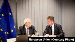 Еврошаркеттин тышкы саясатынын жетекчиси Йозеп Боррелл жана биримдиктин чабарманы Мирослав Лайчак. Брюссель, 12-июль, 2020-жыл