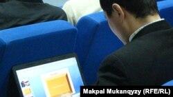 Молодой блогер с ноутбуком. Алматы, 22 декабря 2012 года.