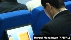 Интернет форумға қатысушы ноутбукпен жұмыс істеп отыр. Астана, 22 желтоқсан 2012 жыл.