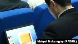 Мужчина с ноутбуком. Иллюстративное фото.