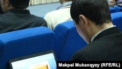 Интернет форумға қатысып отырған блогер. Астана, 22 желтоқсан 2012 жыл.