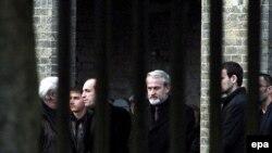 Ахмед Закаев (в центре) на похоронах Александра Литвиненко
