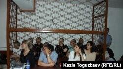 Общий вид клетки, в которой во время судебного заседания находятся восемь из девяти фигурантов дела. Алматы, 4 июня 2019 года.