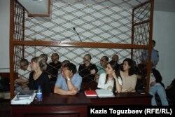 Gözenegiň aňyrsyndaky umumy görnüş, sud mejlisinde bu işe degişli dokuz adamdan sekiz sanysy otyr. Almaty, 4-nji iýun 2019.