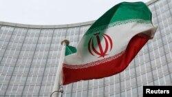 Beynəlxalq Atom Enerjisi Agentliyinin qarşısında İranın bayrağı, Vyana, 15 yanvar 2016