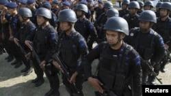 Балидегі полиция қызметкерлері сапта тұр. 10 қазан 2012 ж.