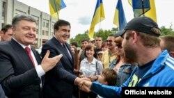 Президент Петро Порошенко Михаил Саакашвилини губернатор катары одессалыктарга тааныштырууда. Одесса, 30-май, 2015-жыл.