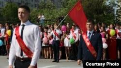 Выпускники школы № 3 под флагом СССР, Симферополь, 22 мая 2015 года