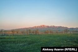 """Мемориальный комплекс """"Алтыеэмель"""" получил название по хребту Алтыеэмель Джунгарского Алатау, который находится недалеко от него и хорошо виден с предгорной долины. Северо-Восточный Казахстан."""