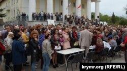 Жители Севастополя протестуют против проекта генплана города возле культурного центра «Корабел», 12 мая 2017 года