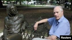 Foto e vitit 2002 në të cilën shihet George Martin afër skulpturës së John Lennonit në një park në Havanë të Kubës