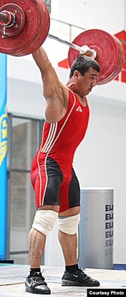 Ауыр атлет Алмас Өтешов Қазақстан чемпионатында. Талдықорған, 7 маусым. 2012 жыл.