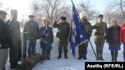 Представители Башкортостана возлагают цветы на могиле Мутина