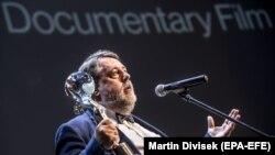 Ruski reditelj Vitalij Manski se obraća nakon što je dobio Gran pri za najbolji dokumentarni film 'Putinovi svedoci' na 53. Internacionalnom filmskom festivalu u Karlovim Varima, 7. jula 2018.
