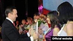 """Премьер-министр Илдар Халиков """"Ел Хатын-кызы"""" бәйгесендә җиңүчеләрне бүләкли"""