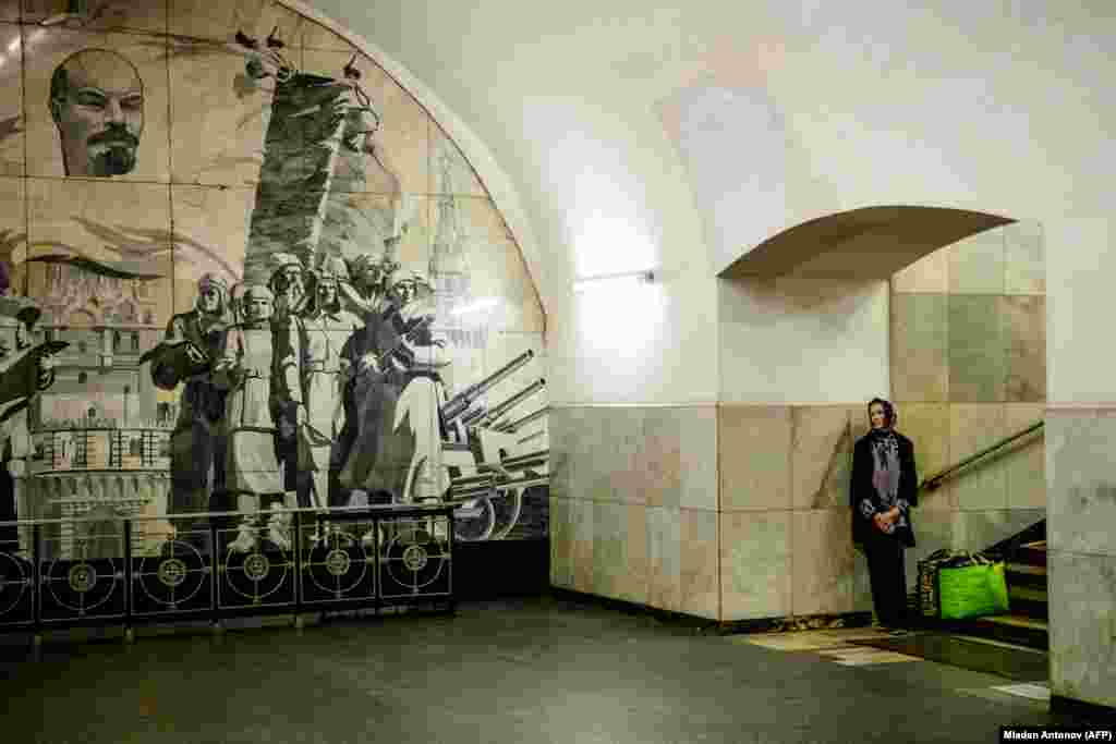 A commuter listens to a musician in the Moscow metro. (AFP/Mladen Antonov)