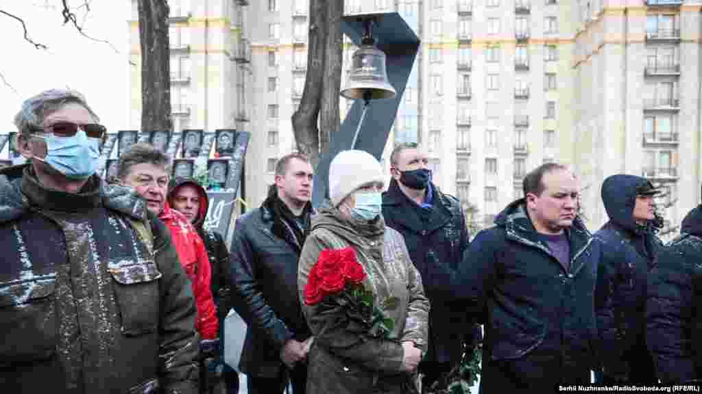 Близько сотні людей, серед яких були родини загиблих та учасники подій Революції гідності, прийшли вшанувати пам'ять загиблих