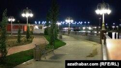 "Hazar deňziniň kenaryndaky ""Awaza"" milli turistik zonasynyň bir künjegi. Awaza, 2012."