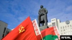 Камуністы ўскладаюць кветкі дапомніка Леніна ўМенску сёлета 7лістапада