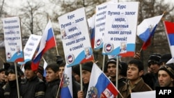"""Putin parast namoyishda markaziy-osiyolik mardikorlar ham olib chiqildi. (""""Ridus"""" nashri olgan surat)"""