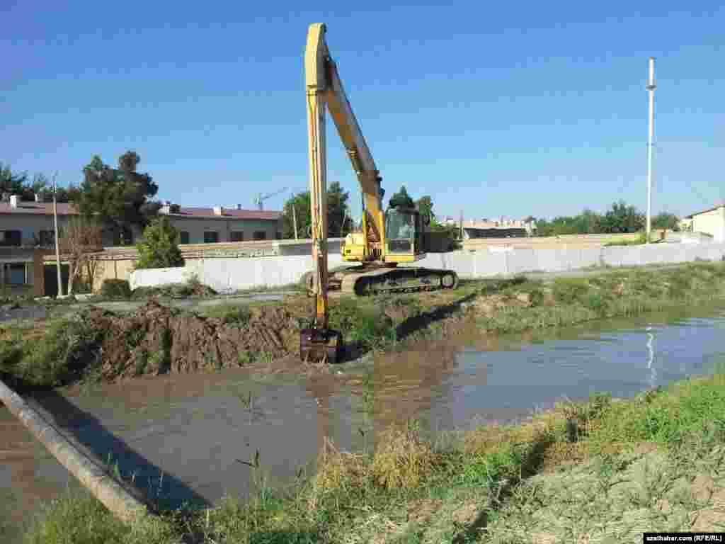 Türkmenabatda kanal gazylýar