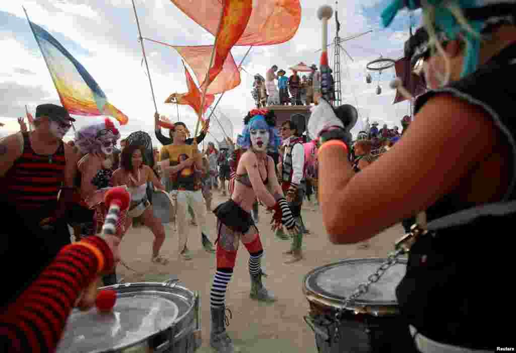 Гости фестиваля переодеваются в причудливые костюмы. Главное условие дресс-кода – никаких перьев. Они отрываются и разлетаются по пустыне, загрязняя оружающу среду, а это, согласно правилам фестиваля, запрещено