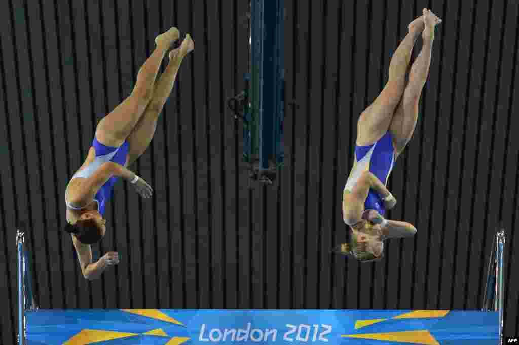 Українки Юлія Прокопчук і Вікторія Потєхіна під час синхронного стрибку з 10м метрової вишки