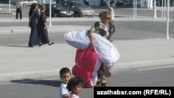 Aşgabadyň Halkara aeroportundan çykýan ýolagçylar.