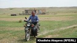 Жергілікті тұрғын Үсен Қасенов ескі мотоциклін теуіп барады. Балтатарақ ауылы, Шығыс Қазақстан облысы, 9 маусым 2020 жыл.