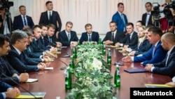 Президент Порошенко та голова НАБУ Артем Ситник (другий справа) на зустрічі на честь складання присяги детективами НАБУ, вересень 2015 року