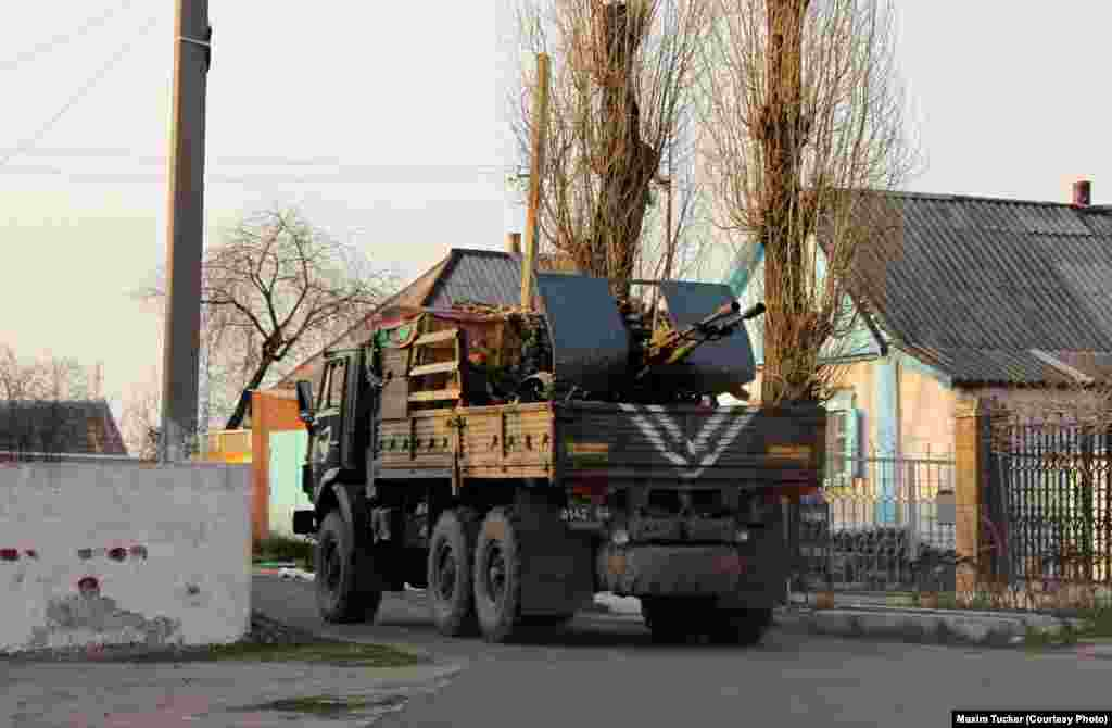 A Ukrainian antiaircraft gun on its way to reinforce Ukrainian troops on the front line in Avdiyivka's old town. April 9, 2016
