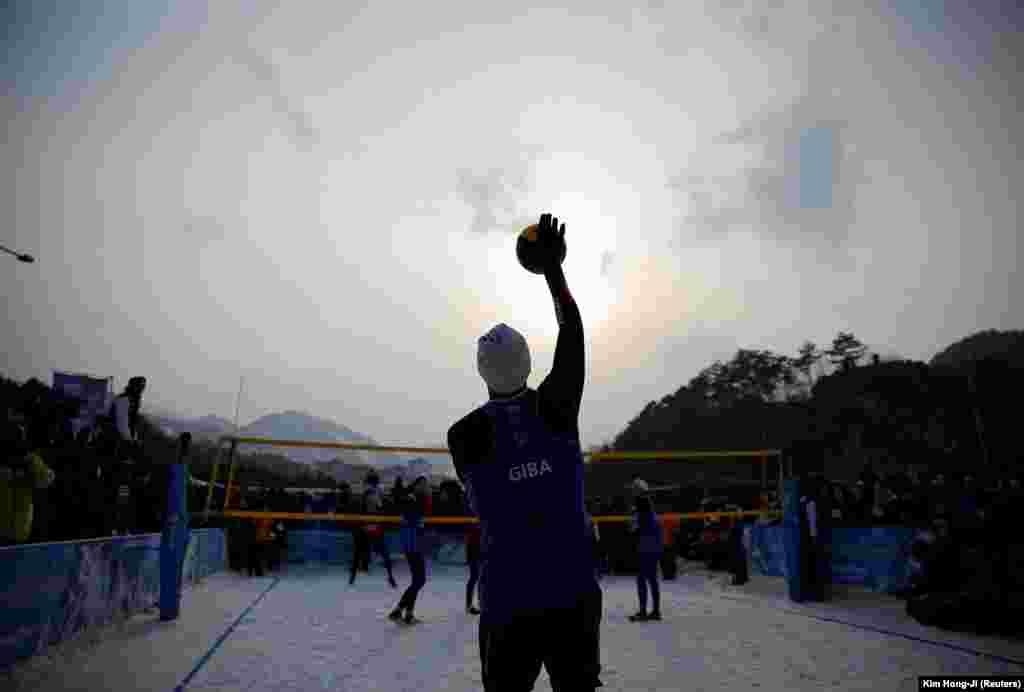 Жіба Годой з Бразилії під час показової гри снігового волейболу