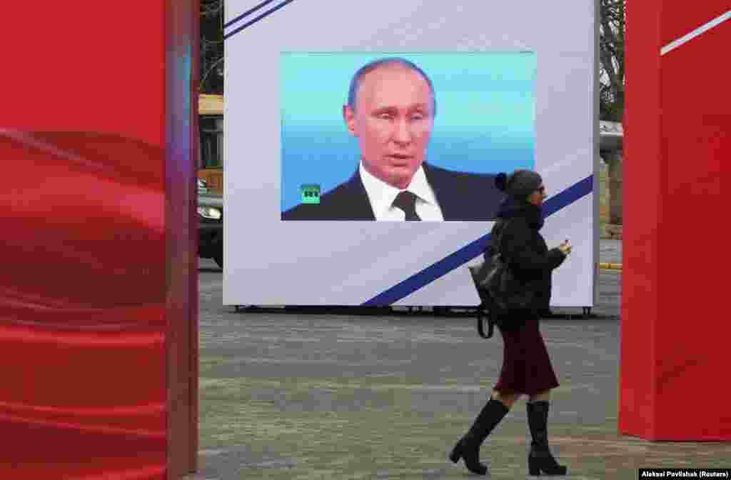 РУСИЈА - Рускиот претседател Владимир Путин ги потпиша законите со кои се изрекуваат казни за кршење на контроверзниот закон за странски агенти, како и други закони поврзани со протести, како што се финансирање митинзи и непочитување на законот. Според законите потпишани од Путин на 24 февруари, објавувањето информации за таканаречените странски агенти и нивните материјали без назначување на нивниот статус може да резултира со казни до 2.500 рубљи (34 УСД) за физички лица и до 500.000 рубљи (6.720 УСД) ) за правни лица.