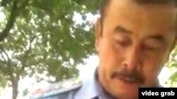 Отамурод Каримов ноболиғеро, ки ба кораш дахолат мекунад, дашном дода, аз пешаш меронад.