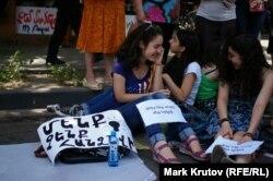 """Плакаты: слева – """"Мы не сдадимся!"""", справа – """"Мы – хозяева нашей страны"""""""
