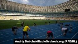 Спортсмени-ветерани під час розминки на НСК «Олімпійський»