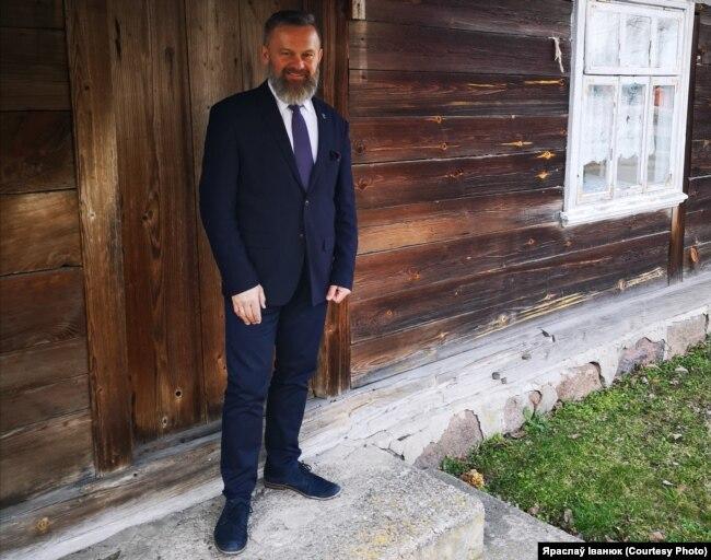 Каля бацькоўскай хаты ў вёсцы Пасынкі