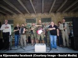 Волонтеры и военные в зоне АТО: гимн Украины