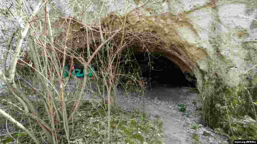 Ученые полагают, что Волчий грот не был постоянным местом жительства древних людей. Пещера не была защищена от ветра и оставаться там долгое время было бы некомфортно. Однако археологи полагают, что неандертальцы в принципе не имели постоянных мест для поселений. Они имели укрытия, подобные Волчьему гроту, на пути своих охотничьих маршрутов и укрывались там в непогоду или для ночевки