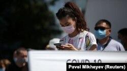 Коронавирусқа тест тапсыру үшін кезекке тұрған адамдар. Алматы, 17 маусым 2020 жыл.