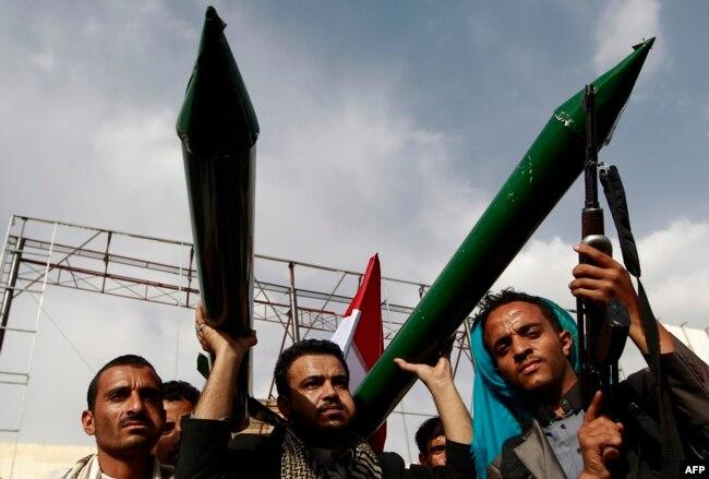 Сторонники движения хути с макетами ракет во время демонстрации в Сане