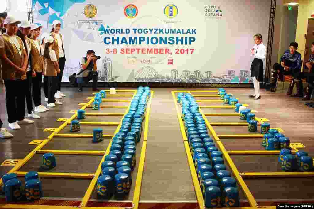Показательная игра в тогызкумалак от школьных сборных команд из Тараза и Астаны. По словам президента Всемирной федерации тогызкумалак Алихана Байменова, в национальную игру на сегодняшний день играет более 190 тысяч казахстанских школьников.