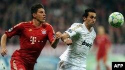 """""""Байер"""" шабуылшысы Марио Шомес (сол жақта) пен """"Реал Мадрид"""" қорғаушысы Альваро Арбелоа. Германия, 17 сәуір 2012 жыл."""