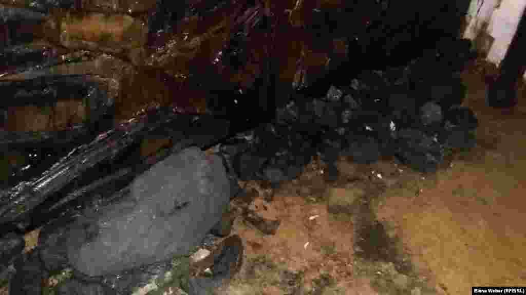 Так выглядит забойная стена в шахте. Уголь, который разбросан внизу - настоящий.