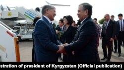 Алмазбека Атамбаева в эропорту Ташкента встретил Шавкат Мирзиеев.