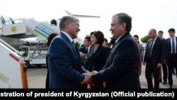 Президенты Кыргызстана и Узбекистана Алмазбек Атамбаев и Шавкат Мирзиеев в аэропорту Ташкента. 5 октября 2017 года.